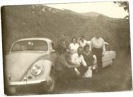 TRES BELLE PETITE PHOTO D UN GROUPE DE PERSONNES DEVANT UNE COCCINELLE - Cars