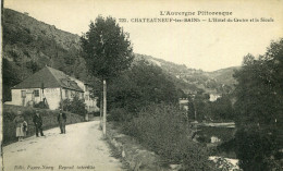 CHATEAUNEUF LES BAINS - L'Hôtel Du Centre Et La Sioule Quelques Marcheurs Près De La Rivière - Autres Communes