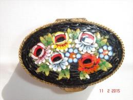 Petite Boîte à Pillules En Laiton Décor Mosaique De Pierres Très Bon état - Laiton à Nettoyer - Longueur 5 Cm. Hauteur 1 - Other Collections