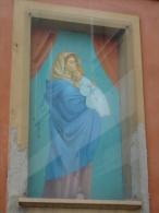 Madonna del RIPOSO Madonnina Ferruzzi - EDICOLA DEVOZIONALE - Muro esterno abitazione PIACENZA - fotografia