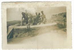 Photo  12 X 8 Cm     Personnages    Poste De Tir à Situer - Matériel