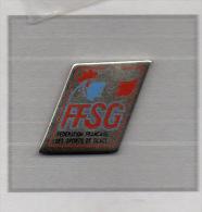 Pin´s  Sport  F.F.S.G, Fédération  Française  Des  Sports  De  Glace  Avec  Un  Animal  COQ  Tricolore - Sports D'hiver