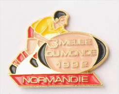 Pin's MELEE DU MONDE 1992 - NORMANDIE - Joueur - Ballon De Rugby - E125 - Rugby