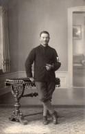 Carte Photo D´un Militaire En Tenue, Brassard    (45.61) - Guerre, Militaire