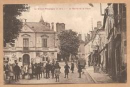 Le Grand - Pressigny (I. Et L.)  -- La Mairie Et La Place - TRES ANIMEE - Le Grand-Pressigny
