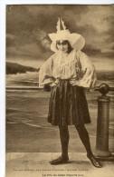 CPA : LES SABLES D'OLONNE : Le Prix Du Tabac Importe Peu (une Jeune Fille En Costume Avec La Mer Derrière Elle) - Sables D'Olonne