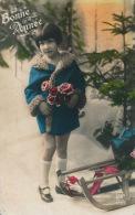 """ENFANTS - LITTLE GIRL - MAEDCHEN - Jolie Carte Fantaisie Fillette Avec Luge Et Fleurs De """"Bonne Année"""" - Portraits"""