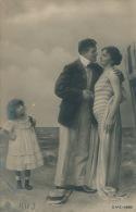FEMMES - FRAU - LADY - Jolie Carte Fantaisie Portrait Jeune Femme Baigneuse Avec Fillette Et Homme élégant - Frauen
