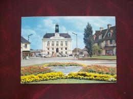 Carte Postale D'Yvetot-L'Hôtel De Ville Et Les Parterres Du Mail - Yvetot