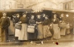 CARTE - PHOTO  -  Ménagères  ( Toutes Avec Un Panier Similaire)  Posant Devant Une Poissonnerie . Panneau M. De Poissons - Non Classificati
