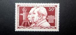 FRANCE 1955 N°1033 ** (CINÉMA FRANÇAIS. AUGUSTE ET LOUIS LUMIÈRE. 30F BRUN-ROUGE) - Francia