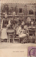 CPA JAPON - UNE FAMILLE CHINOISE (timbre Imperial Japanese) - Chine