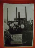 PHOTO  CIMETIERE DE CHENEVIERES - TOMBE DE JEAN DENIKER MEDECIN SOUS LIEUTENANT  MORT LE 5 NOVEMBRE 1944 - Cimetières Militaires
