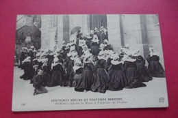 Cp Coutumes Moeurs Et Costumes Bretons  Bretonnes Suivant La Messe A L'exterieur De L'eglise - Europe