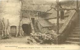 86 - ANGLES-sur-l'ANGLIN - Vieille Maison Et Son Escalier Antique - France