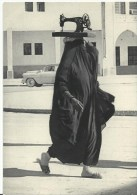 Koweit  Une Machine A Coudre Sur La Tete  Vieux Metier - Koweït