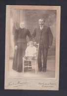Photo Ancienne - Portrait Couple Avec Enfant Par Le Photographe Juste Marion Cafe De La Place Cornimont - Personnes Anonymes
