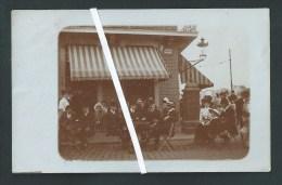 Li�ge.  Place Maghin. Caf�  chez Decharneux Jean. superbe et tr�s ancienne photo-carte.