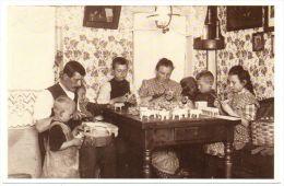 Foto-AK Mit Altem Foto Von Ca. 1910 Familie Im Sächsischen Erzgebirge Bei Der Arbeit - Deutschland