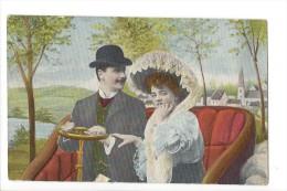 12410 -   Couple Ans Voiture Et Village Dans Le Fond - Couples