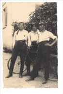 12424 - Carte Photo  Trois Jeunes Hommes Rois Tireurs Avec Vélo - Te Identificeren