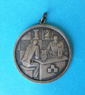 CHESS MEDAL ( 1982 ) - Croatian Old Signed Medal * échecs Pour Les Aveugles Sports Echecs Ajedrez Schach Scacchi Xadrez - Sports