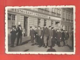 Photo 1942/43 - Restaurant  Waldwarte - Groupe De Jeunesse - Foto Saarbrucker Au Dos - Guerre, Militaire