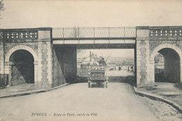 V V 977 / C P A  EVREUX  (27)   ROUTE DE PARIS  ENTREE DE VILLE  (ATTELAGE LAITIER) - Evreux