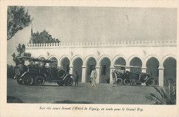 V V1003 / C P A    AUTO  AUTO -CAR -  LES SIX ROUES  DEVANT L'4HOTEL DE FIGUIG EN ROUTE POUR LE GRAND ERG - Cartes Postales