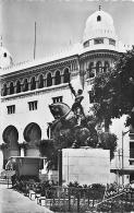 ALGERIE 1190 CPSM Petit Format  ALGER  La  Statue De Jeanne D Arc Et La Poste   Belle Carte - Algerien
