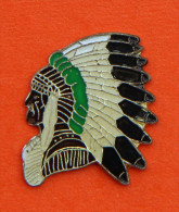 Pin´s - Chef Indien Avec Coiffe - Plumes - Pin