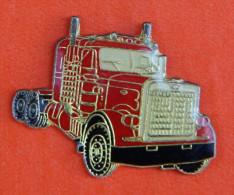 Pin´s - Camion Truck Rouge - Américain Ou Camion Pompier - Brandweerman