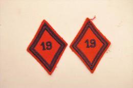 Paire Insignes / écussons De Bras Losange 19 Bleu Sur Feutrine Rouge - Patches