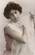 FEMMES - FRAU - LADY - SPECTACLE - ARTISTES 1900 - Jolie Carte Fantaisie Portrait Artiste CAVALIERI - Donne