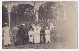 """Carte Photo - Hôpital Militaire Non Situé - Cour  Avec Galeries, Chirurgien, Infirmières """"Croix Rouge"""", Bléssés - Guerre 1914-18"""
