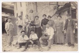 Carte Photo - La Pause En Famille Dans La Cour Devant Le Soufflet De Forge Et L'enclume - Circulé Depuis Paris 1911 - Da Identificare