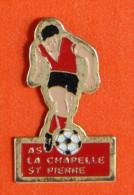 Pin´s - Sport - Foot - Joueur Ballon Au Pied - Lachapelle-Saint-Pierre - Oise - 60 - AS La Chapelle St Pierre - Steden