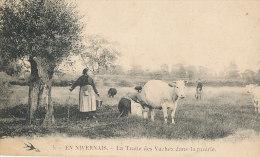 WW 104/ C P A   EN NIVERNAIS    (58)  LA TRAITE DES VACHES DANS LA PRAIRIE - France