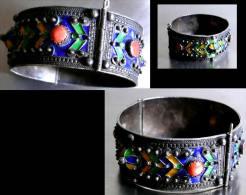 Ancien  Bracelet Kabyle En Argent, émaux Et Coraux / Vintage Coral And Silver Enamelled Bracelet From Morroco - Afrikanische Kunst
