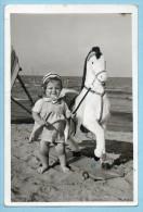 Foto - Bambina In Spiaggia Con Cavallo Giocattolo - Andere