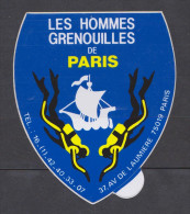 AUTOCOLLANT LES HOMMES GRENOUILLES DE PARIS 37 AVENUE DE LAUMIERE 75019 PARIS - Autocollants