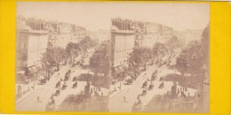 Strereoscopique Tbeg Paris Avant 1900 Boulevard Des Capucines Tres Animée Bus A Cheval,balayeurs Diligence - Stereoscopic
