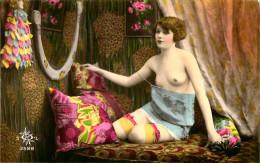 Nu - Carte Photo - Décor Art Nouveau Déco - Femmes Seins Nus - Tenue Légère - Thème Nue Nude érotique érotisme - Non Classés