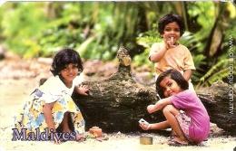 TARJETA DE MALDIVES DE RF50 DE UNAS NIÑAS JUGANDO - Maldivas