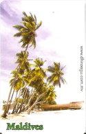 TARJETA DE MALDIVES DE RF50 DE UNA PLAYA CON PALMERAS - Maldivas
