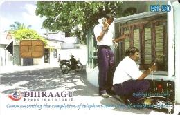 TARJETA DE MALDIVES DE RF50 DE UNOS OPERARIOS DE TELECOMUNICACIONES (299MLDG) - Maldivas
