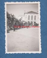 Photo Ancienne D'un Soldat Allemand - MONTARGIS - L' Exode Devant La Salle Des Fêtes - TOP EXCEPTIONNEL - WW2 - Guerra, Militares