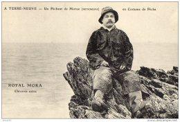 TERRE NEUVE-UN PECHEUR DE MORUE EN COSTUME DE PECHE (LOTT18) - Pêche