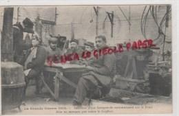 MILITARIA GUERRE 1914-1918-  INTERIEUR D´ UNE BARAQUE DE CANTONNEMENT SUR LE FRONT COIFFEUR BARBIER - Guerre 1914-18