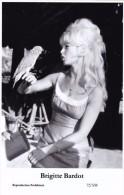BRIGITTE BARDOT - Film Star Pin Up - Publisher Swiftsure Postcards 2000 - Artistes